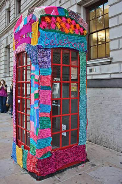 Cabina telefonica crosetata yarn bombing